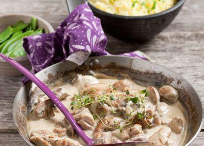 Vill du spara lite kalorier väljer du kycklingbröstfilé i den här grytan, man jag tycker att det blir godast med lårfiléer.