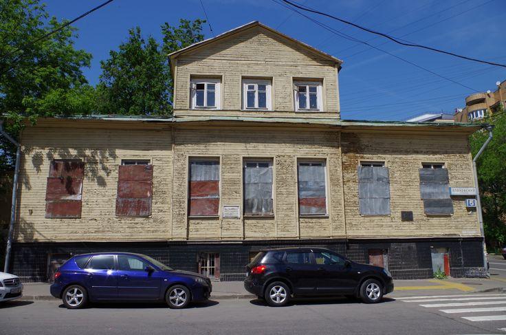 Деревянный дом на углу Елоховского проезда и Нижней Красносельской улицы является редким образцом рядовой деревянной застройки Москвы самого начала XIX века.