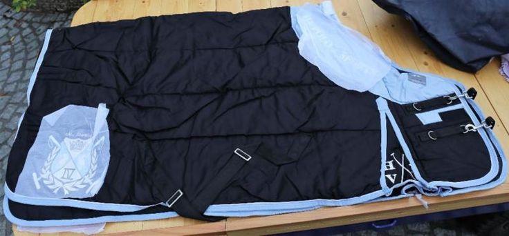 Pferdedecke Stalldecke Stable Blanket 2402091006 von HV Polo in Größe 175 cm in Farbe Schwarz mit Hellblau.Lagerware aus Geschäftsauflösung. Kann Lagerspuren und/oder Flecken haben. Bitte unbedingt Fotos zum Zustand und Lieferumfang beachten.Bitte sehen Sie sich auch unsere weiteren Kleinanzeigen an, wir haben einen ganzen Schwung verschiedener Hersteller, Größen und Modelle im Angebot :-)Abholung in Leverkusen Opladen. Wir sind aber auch alle 1 bis 3 Wochen in Burscheid oder