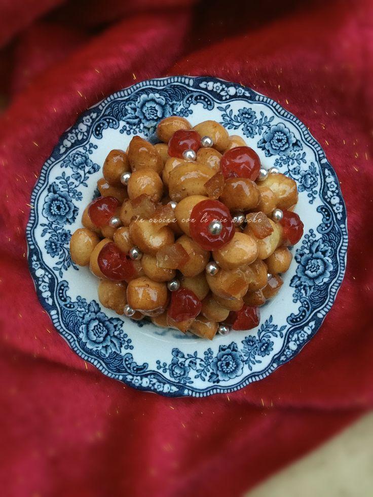 Struffoli di Natale, ricetta dolce della tradizione campana e che non può mancare in tavola per festeggiare i giorni più attesi dell'anno.