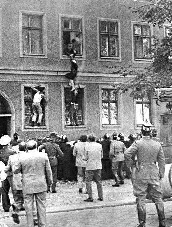 Einige Gebäude waren direkt an der Grenze zwischen Ost- und Westberlin. Bis die Fenster bewacht wurden und gemauert geschlossen, versuchten die Menschen durch einen Sprung aus dem Fenster in die Freiheit in West - Berlin zu fliehen.