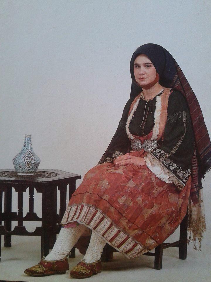 Γυναικεία νυφική ενδυμασία Σκύρου, Bridal costume from Skyros island,Greece.   www.europeana.eu      Στην τοπική ορολογία η ενδυμασία ονομάζεται χρυσή, τα αλλαμένα ή νυφάδα. Φοριέται ακόμη και σήμερα στους γάμους και τις γιορτές. Το κοντό πτυχωτό φόρεμα είναι ραμμένο από στόφα. Κάτω από αυτό φοριούνται απανωτά μισοφόρια για να κάνουν τη φούστα πιο φουντωτή. Το πουκάμισο, με χρωματιστό, μεταξωτό χρυσοκέντητο πανωκόρμι και άσπρη, βαμβακερή φούστα, κεντημένη με πολύχρωμα μετάξια.