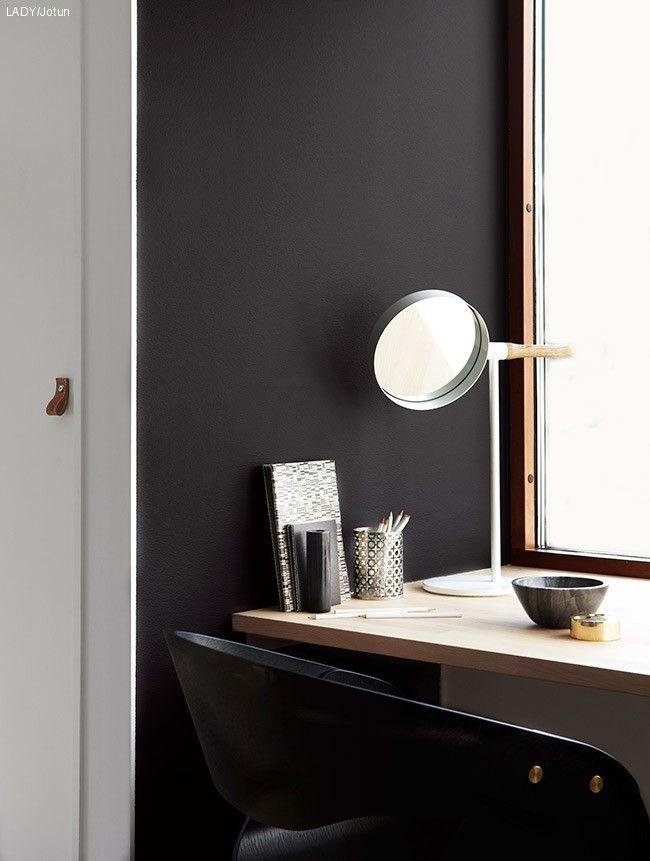 Høstens farger fra LADYSorte kontraster kan bli både smakfullt og effektfullt. Det setter interiørets detaljer i fokus. Matte vegger til mørke farger er et must! Her med LADY Balance 9938 Dempet Sort.