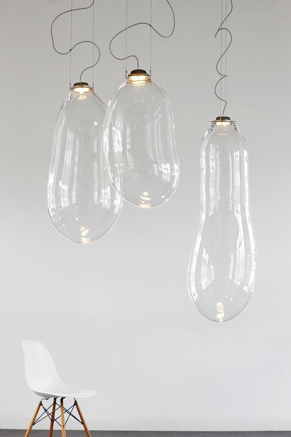 http://pictorama.ru/dizajn/441-alex-de-witte-big-bubble-glass-lampsДизайнер из Нидерландов Alex de Witte создал серию потолочных светильников, получивших название «The Big Bubble». Лампы неправильной формы, выдуваемые из стекла, действительно напоминают большие пузыри, свисающие с потолка и похожие на причудливые образования, которые в детстве мы все получали при помощи пустой катушки от ниток и мыльного раствора.