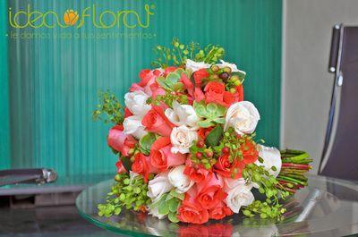 Ramo hecho con rosas coral, rosas champagne y toques verdes