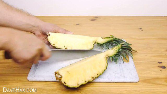 Больше не придется заливать кухню ананасовым соком, очищая его как картошку. И, чтобы красиво подать этот фрукт на стол, не потребуется даже посуда. Сначала надо разрезать его напополам, потом на четвертинки. Далее, взять четвертинку и срезать с нее мякоть, но не вынимать - используя пласт кожуры, как подложку, нарежьте мякоть на ломтики. Потом сдвиньте относительно друг друга - это красиво смотрится, и ломтики удобно брать. Оставшиеся части можно хранить, обернув пищевой пленкой.