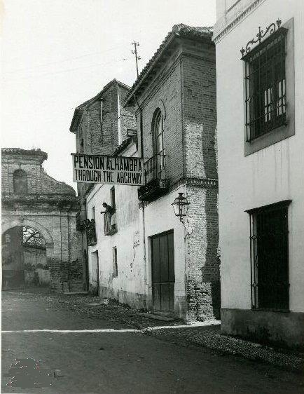 Calle Real de La Alhambra y portada del compás del Convento de San Francisco
