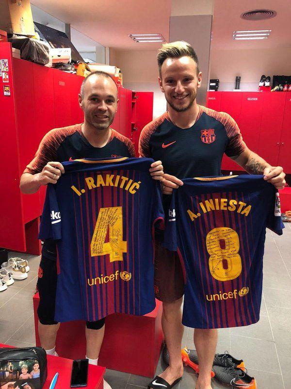e331782356 El intercambio de camisetas entre Rakitic e Iniesta.