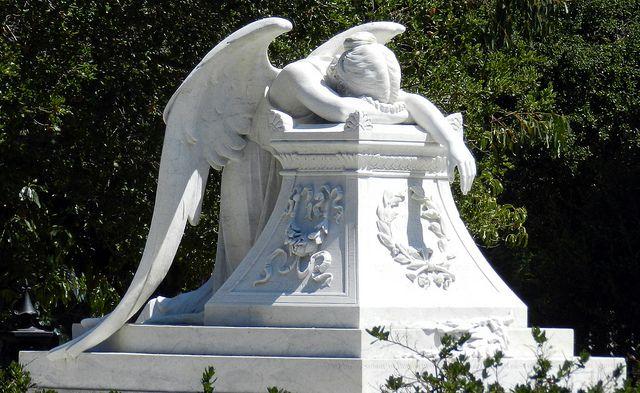 Angel of Grief-Daniel Hartwig.Flickr Obs de JuRicardo - não existe, para mim é claro, maior expressão de dor, de perda e de sofrimento que a escultura desse anjo. E isso é mostrado por qualquer lado que se olhe a obra.