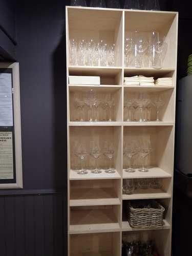 Casiers pour bouteilles, casier vin, cave à vin, rangement du vin, aménagement cave, casier bois, meuble en bois.  Mise en situation dans un restaurant - bar de notre gamme Raut avec une utilisation détournée.
