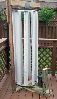 Esta turbina DIY de eje vertical son tubos de PVC 4 pulgadas, cortados por la mitad, como cuchillas. Las cuchillas están montadas en llantas de bicicleta. Esta estructura se monta, utilizando cinta 2 × 4 y un motor de CC conectado a través de una correa en la parte inferior. La conexión de la correa permite un aumento en RPMs al motor caminadora.