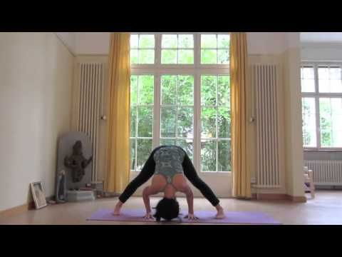 10 Minute Morning Yoga: Loved this one - great poses to make your back feel better and feel more flexible in the morning. - Jess