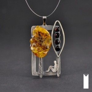 MOMENT | Monika Kraczek MOMENT | Monika Kraczek Unique, sterling silver, amber, garnet stone. Trees, tree. Bursztyn i granat. Człowiek siedzący pod drzewem - obraz. Biżuteria handmade - wisior / jewelry - pendant.