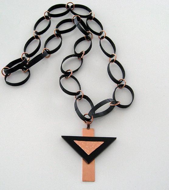 Halsband gjort av koppar, plexiglas och gummi.  Necklace made of copper, plexiglass and rubber.