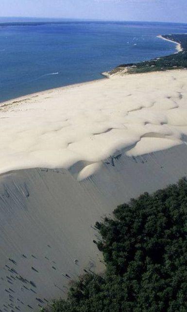 Le bassin d'Arcachon est un endroit en perpétuel mouvement. Reliée à l'océan Atlantique par un étroit passage, cette baie triangulaire vit au rythme des marées et des courants marins.