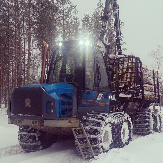 If you work in the forest for Stora Enso, you may end up driving a fowarder like this, a one-year old Rottne F15C. It is a mid-size forwarder, when fully loaded and equipped with steeltracks it weighs about 40 tons.