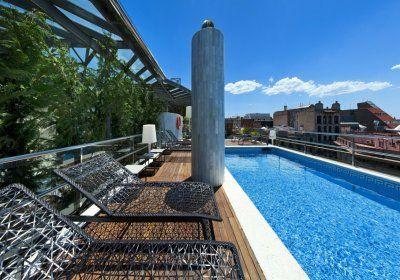 Hotel CLARIS GRAND LUXE - Barcelona (Hiszpania) - Luksuowy Hotel Claris GL  mieści się w przebudowanym pałacu z XIX wieku, którego wnętrza zdobi ponad 400 oryginalnych dzieł sztuki. Usytuowany jest tuż przy prestiżowej alei Passeig de Gràcia w Barcelonie.   Gościom przysługuje bezpłatny wstęp do barcelońskiego Muzeum Egipskiego, które zlokalizowane jest tuż obok. Z  basenu na dachu podziwiać można widoki na miasto. Obiekt dysponuje ponadto wyjątkową kolekcją dzieł sztuki.