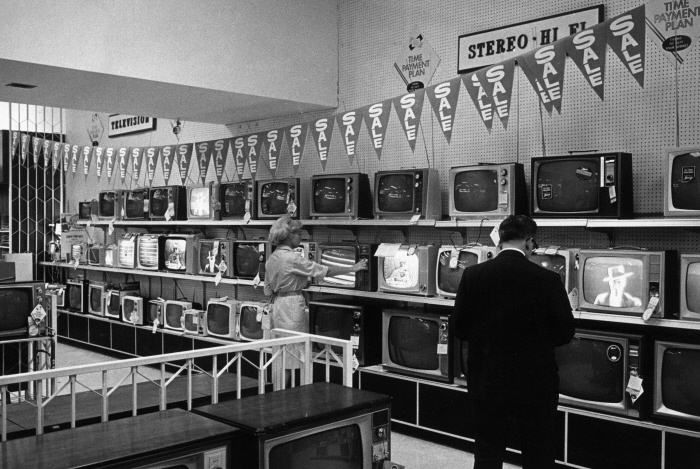 A store offering old TV sets at a discounted price. New York, 1965 MONDADORI PORTFOLIO