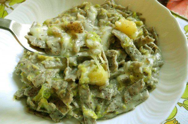Pizzoccheri valtellinesi - Preparazione tipica dei mesi freddi e simbolo della tradizione gastronomica della Valtellina, i pizzoccheri valtellinesi hanno forma di tagliatelle spesse e corte.