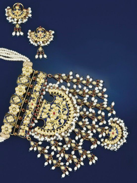 AN INDIAN DIAMOND, ENAMEL AND PEARL PENDANT NECKLACE AND EARRINGS