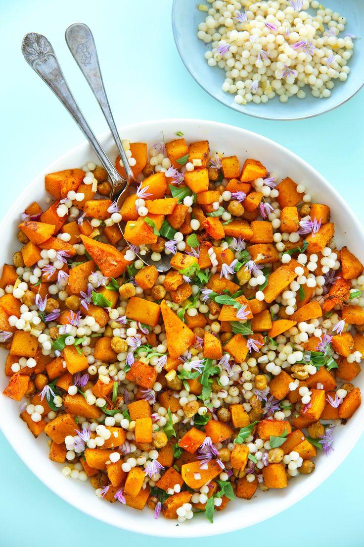 Smakfull smørnøttet salat Endelig en salat som både er sunn og mettende! Spicy butter nut squash salat med ristede kikerter og couscous er lett å lage lett og like. Prøv du også! http://www.gastrogal.no/butternut-squash-salat/ #ButternutSquash, #Couscous, #Flaskegresskar, #Gresskar, #Kikerter, #Perlecouscous, #RasElHanout, #Ruccula, #Salat, #Urter