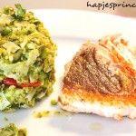 Gebakken zalm met geplette broccoli, erwtjes en prei