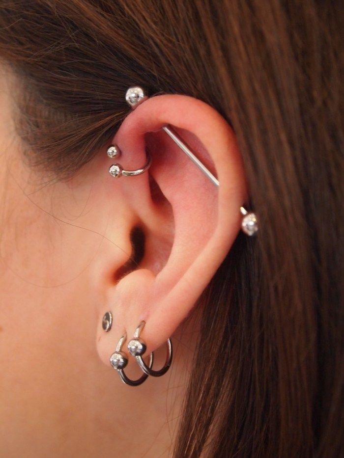 piercing oreille, anneau oreille métallique, cheveux marron, piercing industriel