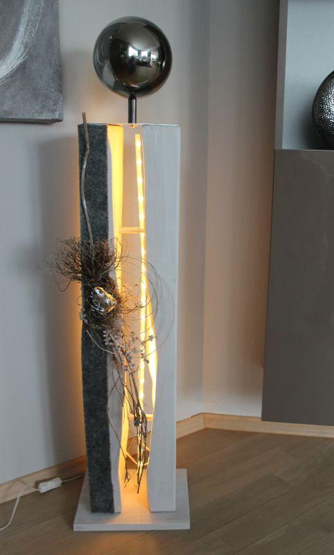 GS70 – Große gespaltene Säule, dekoriert mit einer großen Edelstahlkugel,natürlichen Materialien, Filzband und einem Frosch! Höhe ca 105cm, Preis 119,90 – mit Beleuchtung 129,90€