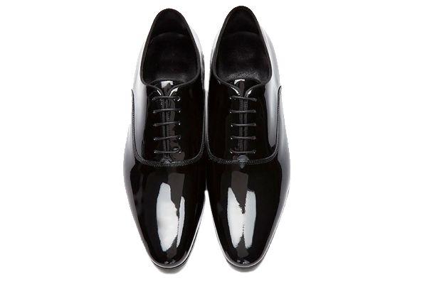 Consejos para elegir los zapatos de novio. Frac, porque la boda será de etiqueta rigurosa, entonces tendrán que elegir unos zapatos de novio oxford pero de charol.