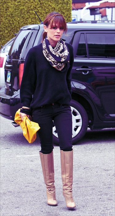 Scarf, skinny jeans, oversize sweater, boots.