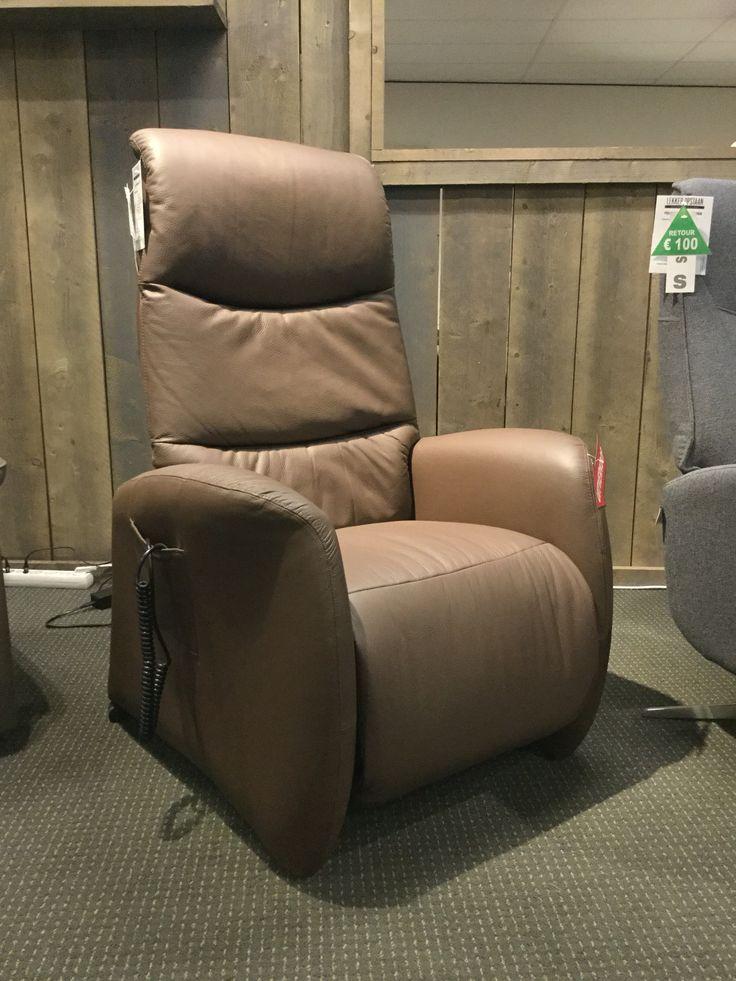 Sta-op-hulp fauteuil Hjort Knudsen 4920 in leder, elektrische verstelling van rug- en voetsteun (2 motoren), maat medium.