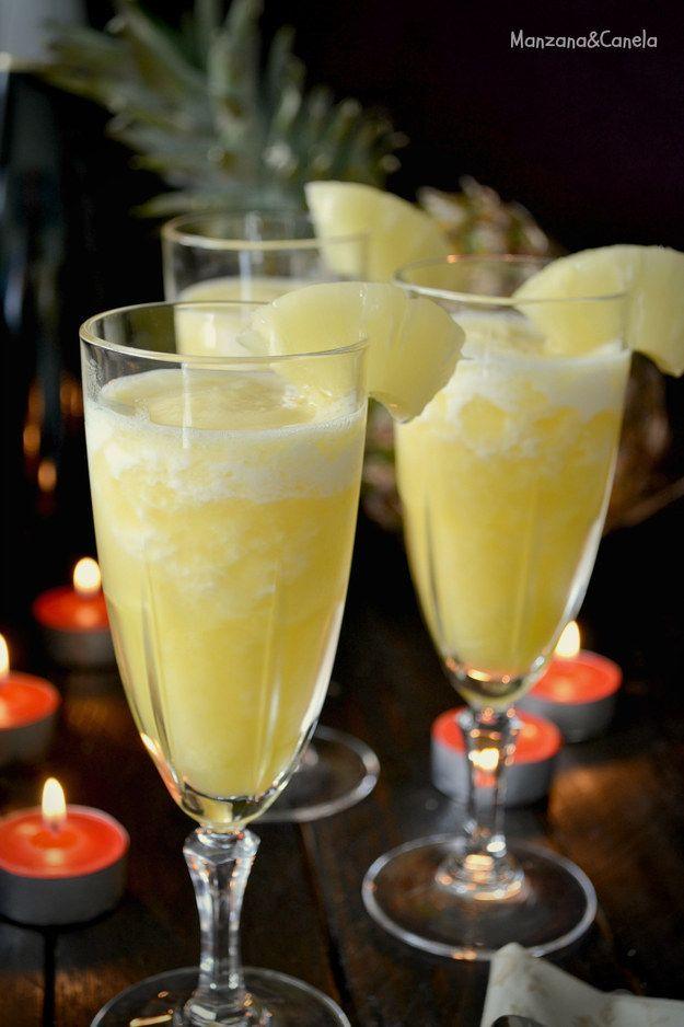 Ingredientes:Zumo de limón Zumo de naranja 1 piña congelada, previamente pelada y troceada.AzúcarVino espumoso¿Tienes visitas en casa y quiere lucirte? ¿O tienes una botella de canva y deseas darle un uso único? Sigue esta receta: aquí.