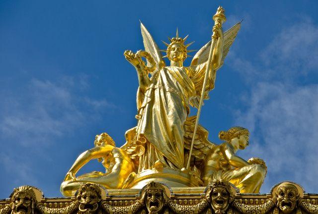 Statue on l'Opéra national de Paris France