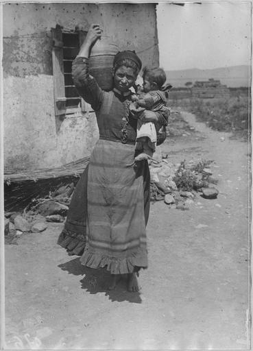 Opérateur V ; BilowskiGrèce ; Macédoine centrale ; Kilkis ; Dragomir (anciennement) ; Vafiochorion (actuellement) Combats dans le secteur de Dragomir (mai - juillet 1916). Femme macédonienne avec son enfant Date prise vue 1916.07.22