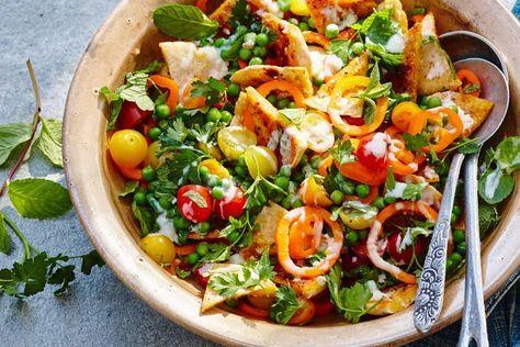 Fattoush is een heerlijke Libanese salade gemaakt van stukjes brood, groenten en kruiden - Recept - Allerhande