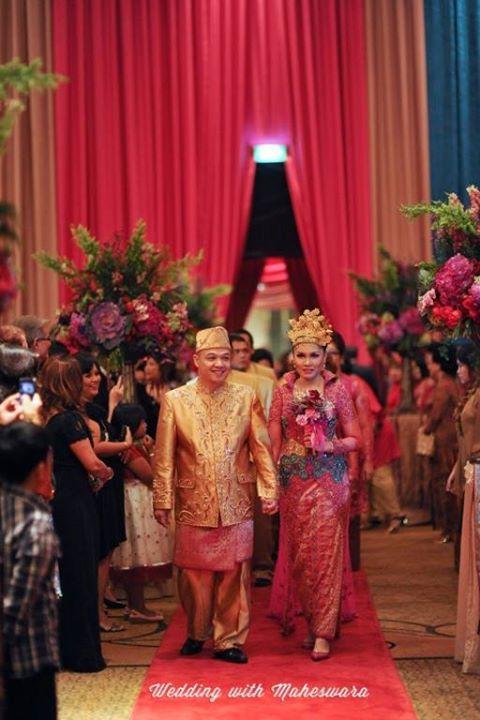 Busana adat pasangan pengantin pada pernikahan adat Palembang Sumatra Selatan, juga dipenuhi sentuhan logam mulia emas.