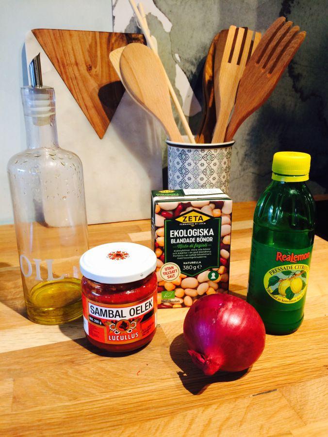 Bönsallad och coleslaw. Goda och enkla tillbehör. Preppa, kylskåpsmat, bönor. Vitkål. Morot.