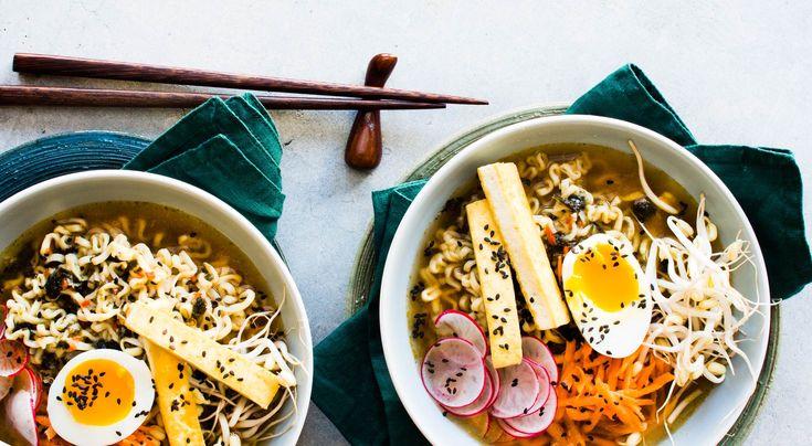 Recept på vardagsramen med tofu och ägg. En ramenbuljong kan göras på många olika sätt. Kyckling, fläsk, svamp eller alger kokas oftast flera timmar. Här har vi använt färdig grönsaksbuljong som smaksätts.