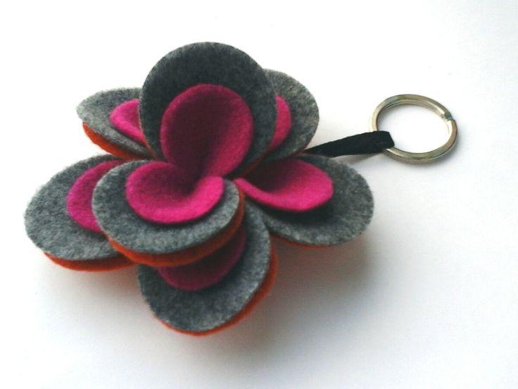 Portachiavi a fiore di feltro.Flower felt keychain. Arancio, grigio e fuxia. Orange, grey and fuxia di Chiarasole su Etsy