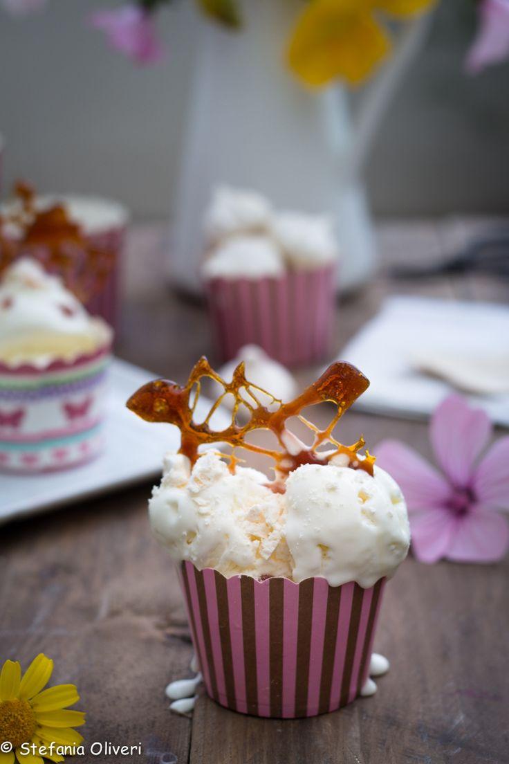 Gelato senza gelatiera: base condita con caramello e meringhe