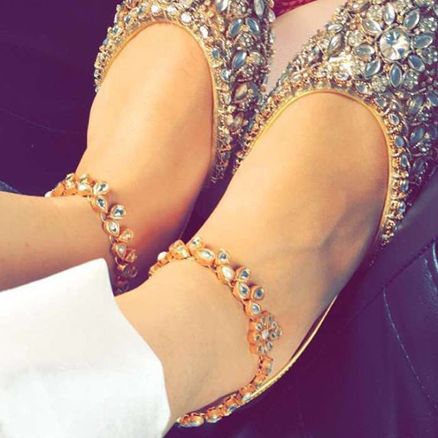 Maya Ali elegantly adorns these payals at her friends nikah earlier today. These kundan/pearl & gold plated payals were custom designed for @mayaaliofficial - Love you Maya for sharing these clicks❤️ These can be ordered in any semi-precious stones. #feetjewelry #anklets #pakistanifashion #pakistanijewelry #mayaali #dostkishaadi #customdesign #payal #pazaib #svhouseofjewels #svhouseofbrands #kundan #semipreciousstones #goldplated