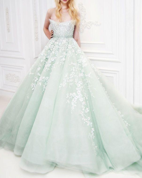 主張しすぎない花の刺繍がおしゃれ♡グリーンの花嫁衣装・ウェディング. 淡い緑色の結婚式緑のウェディングドレス