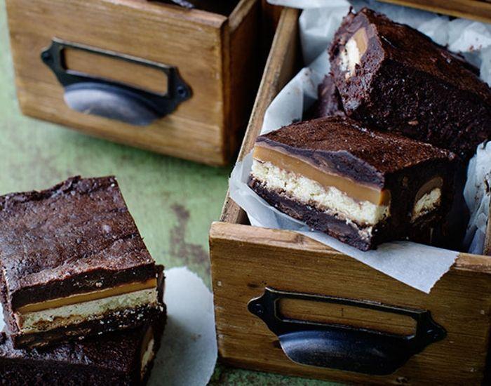 Bag Twix ind i din chokoladebrownie og få en intens chokoladesmag, der lokker efter mere. Kagen har en dyb chokoladesmag og er slet ikke så sød.