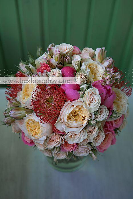 Кремовый свадебный букет из пионовидных роз, кустовой розы, коралловых пионов с красным леукоспермумом