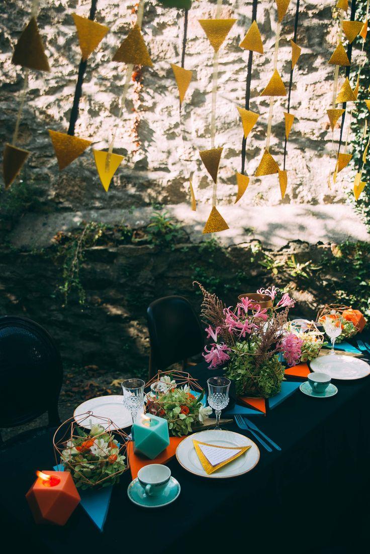 www.bcce.fr Shooting les temps modernes. Centre de table en triangle. Mariage orange bleu noir géométrique doré vaisselle vintage.