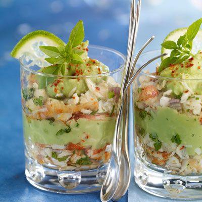 Verrines de crabe à l'avocat 200 g de chair de crabe en boîte • 2 avocats bien mûrs • 1 échalote • 3 citrons verts • 4 brins de coriandre • 1 cuil. à soupe d'huile d'olive • 2 pincées de paprika fort • sel