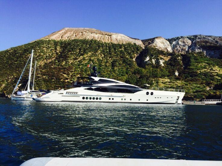 Attrezzato con ampie e solide strutture  galleggianti, il Marina è dotato di tutte le modalità di attracco necessarie ad accogliere natanti, imbarcazioni e yacht (fino ai 60 mt).