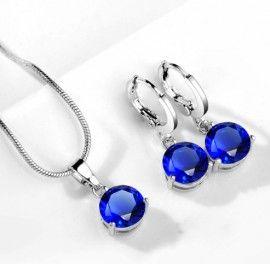 Latime cercei: 0.7 cm Lungime cercei: 2.5 cm Lungime colier: 42 cm + 5.5 cm prelungire Inaltime pandativ: 1.5 cm Latime pandativ: 0.7 cm Material: cubic zirconia Culoare cristal: albastru deschis Setul include: cercei, colier, pandativ Setul de bijuterii va fi ambalat in saculet organzaoferitCADOU. Set bijuterii cu cristale albastre http://www.bijuteriifrumoase.ro/cumpara/set-bijuterii-cu-cristale-albastru-deschis-3261
