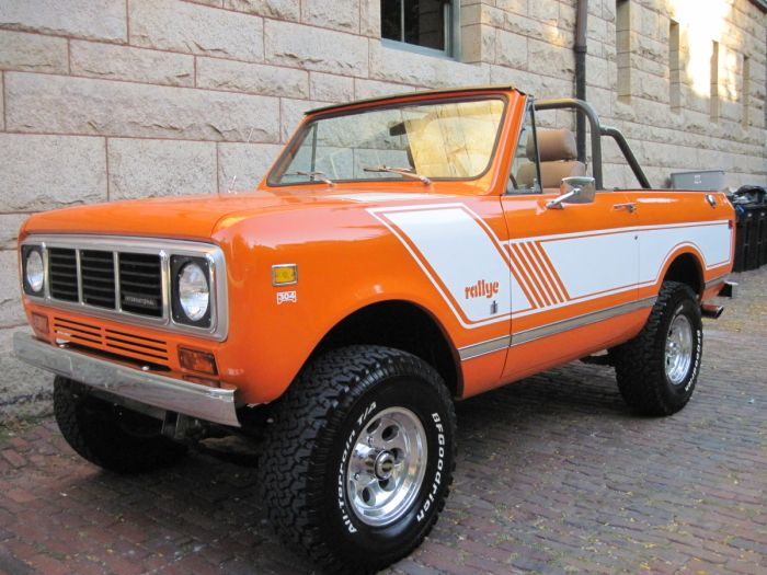 1976 International Scout II Rallye ~ I work in this.... People would want to buy houses from me just to get the chance to ride :)