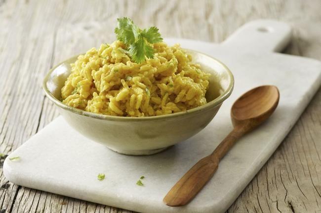 Denne rissalaten med smak av kokos og curry kan serveres som tilbehør til det aller meste, men er spesielt god til fisk.